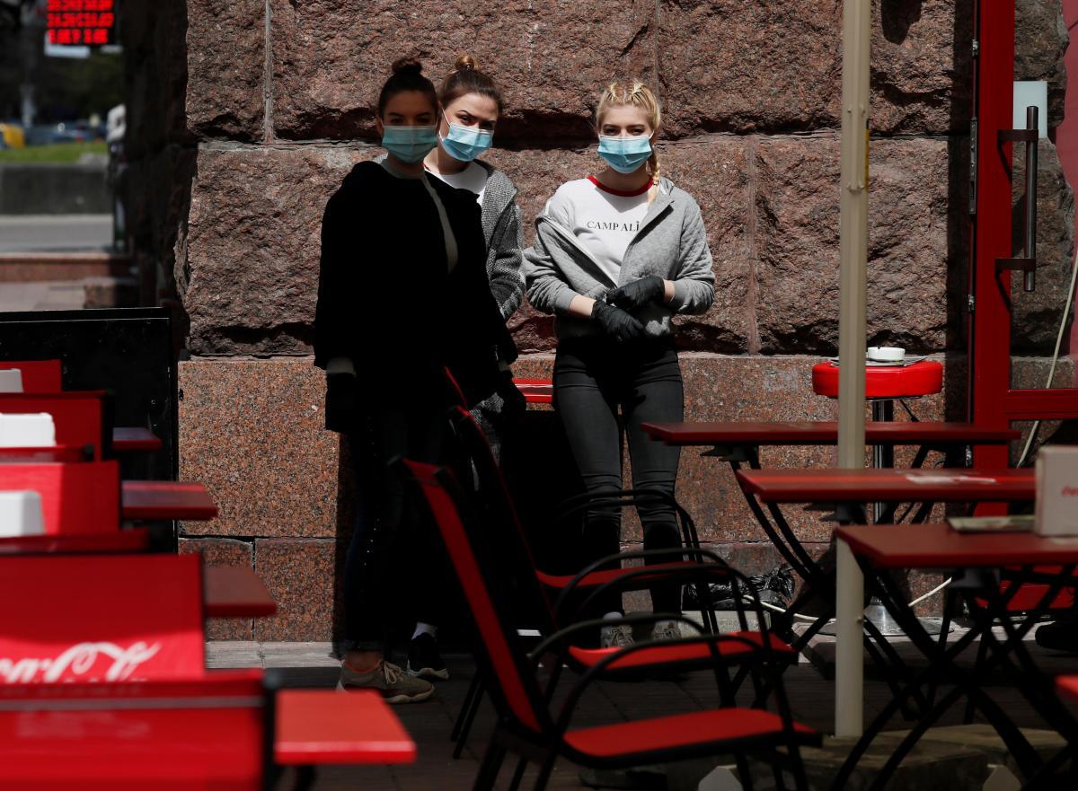 У Києві кафе і ресторанам дозволили почати монтаж літніх майданчиків/ фото REUTERS