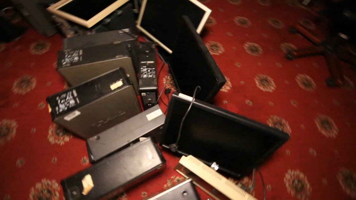 Слідча оперативна група конфісковує всі комп'ютери / фото УНІАН