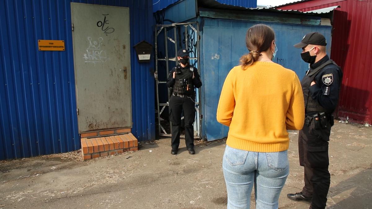Виходить, якби агентів «Грошей» не було всередині грального закладу, поліцейські просто б пішли? / фото УНІАН