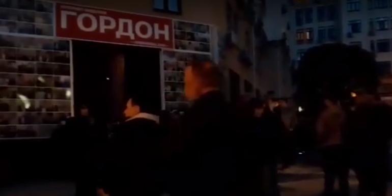 """Активисты устроили акцию протеста возле офиса издания """"Гордон"""" / скриншот видео ТСН"""