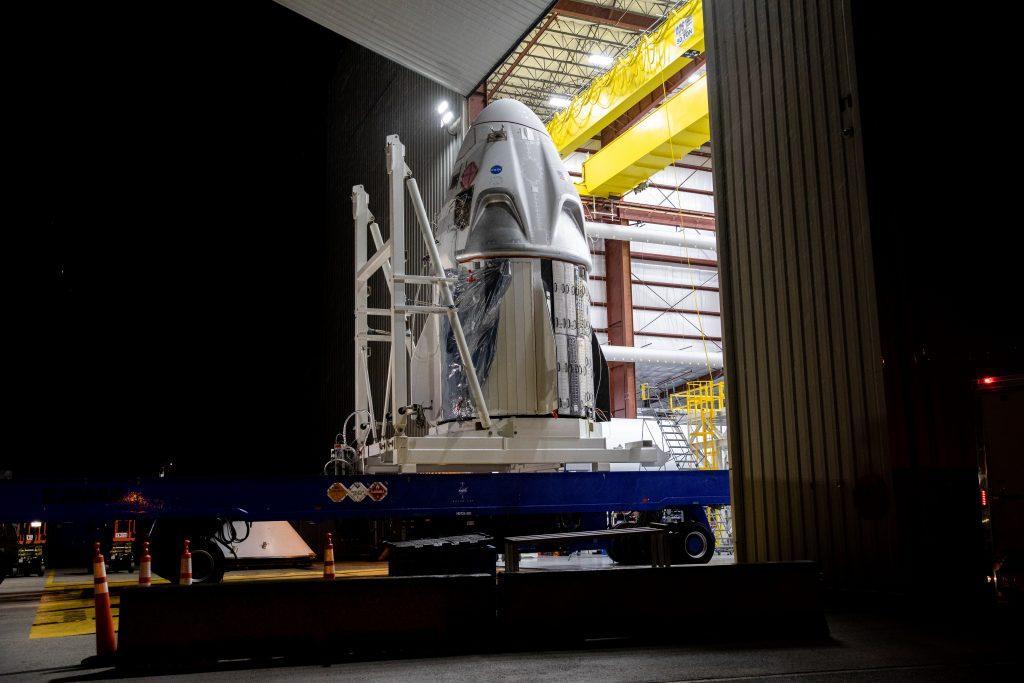 Корабль SpaceX Crew Dragon доставили на космодром NASA / фото  NASA/Kim Shiflett