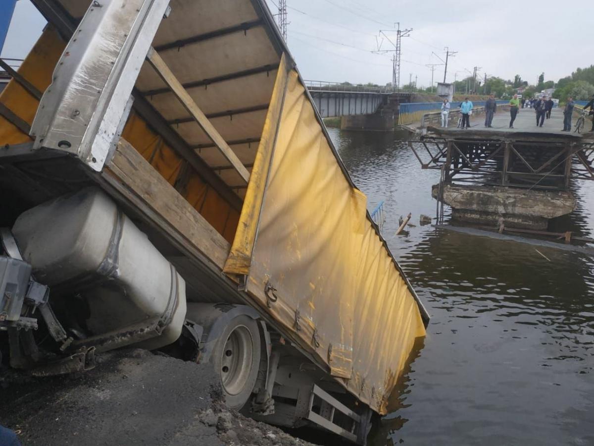 Во время движения грузовика произошло разрушение секции моста / фото ГСЧС