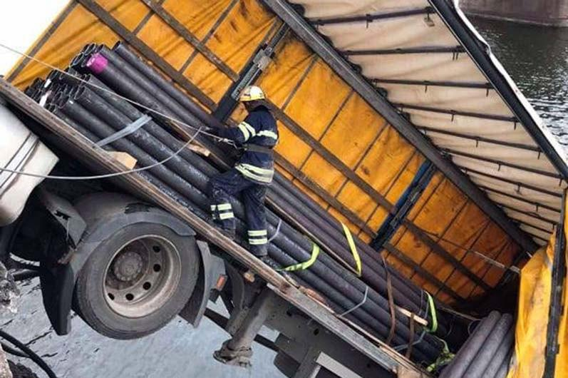 Фура, упавшаяс моста, была загружена металлическими трубами / фото УГСЧСв Днепропетровской области