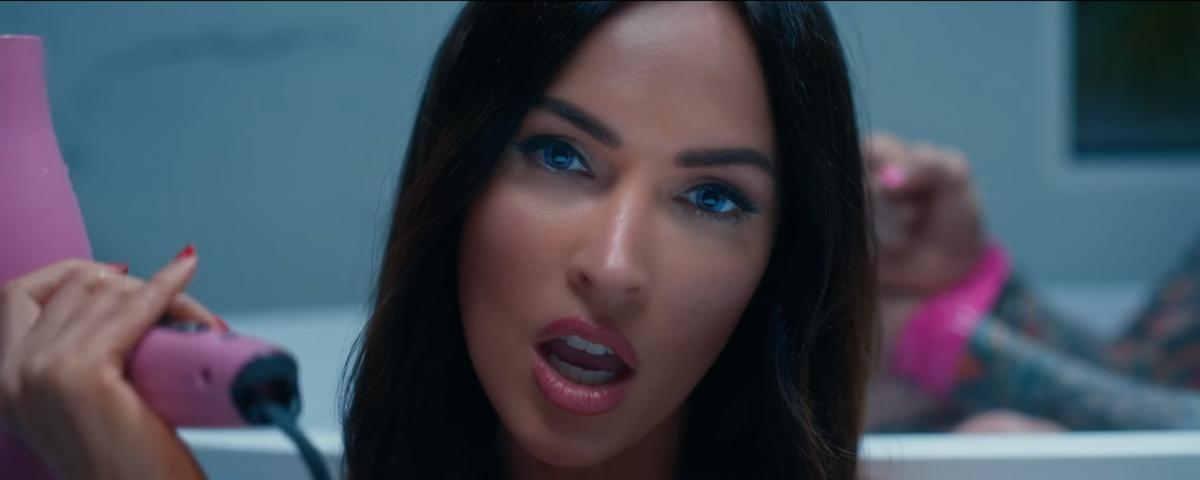 В клипе актриса предстает в откровенном виде/ скриншот из видео