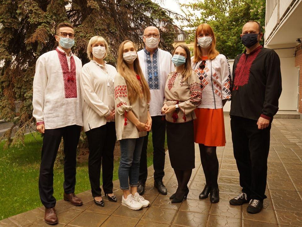 Работники чешского посольства поздравляют с Днем вышиванки / фото: facebook/CzechEmbUA
