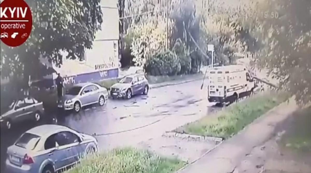 Мікроавтобус влетів на великій швидкості / скріншот з відео