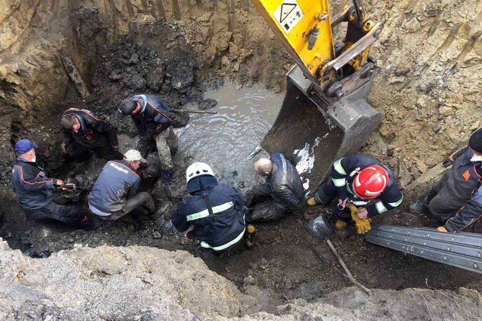 Во время ремонта коллектора подвинулась земля / фото ГСЧС в Хмельницкой области