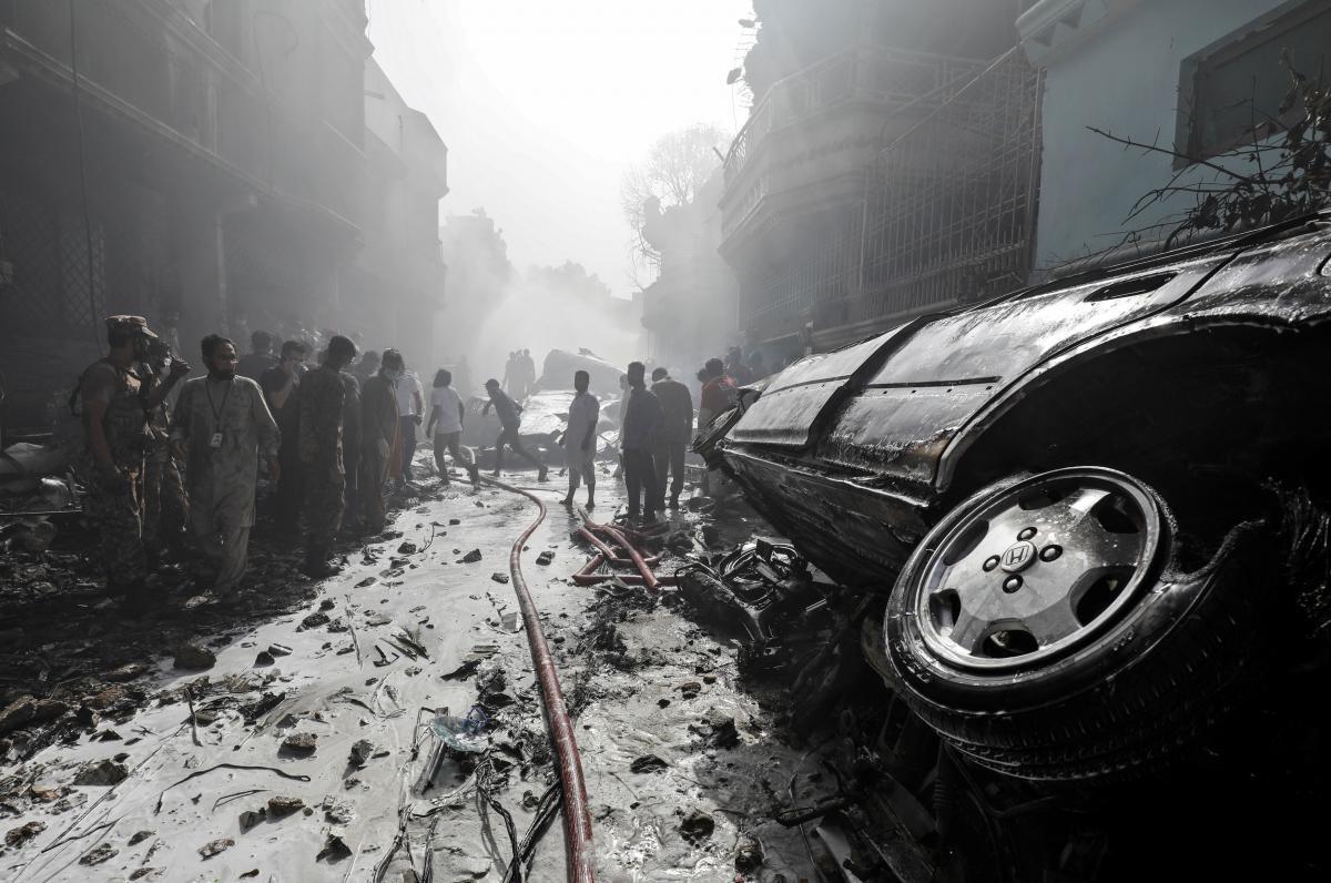 Місце катастрофи в Карачі / REUTERS