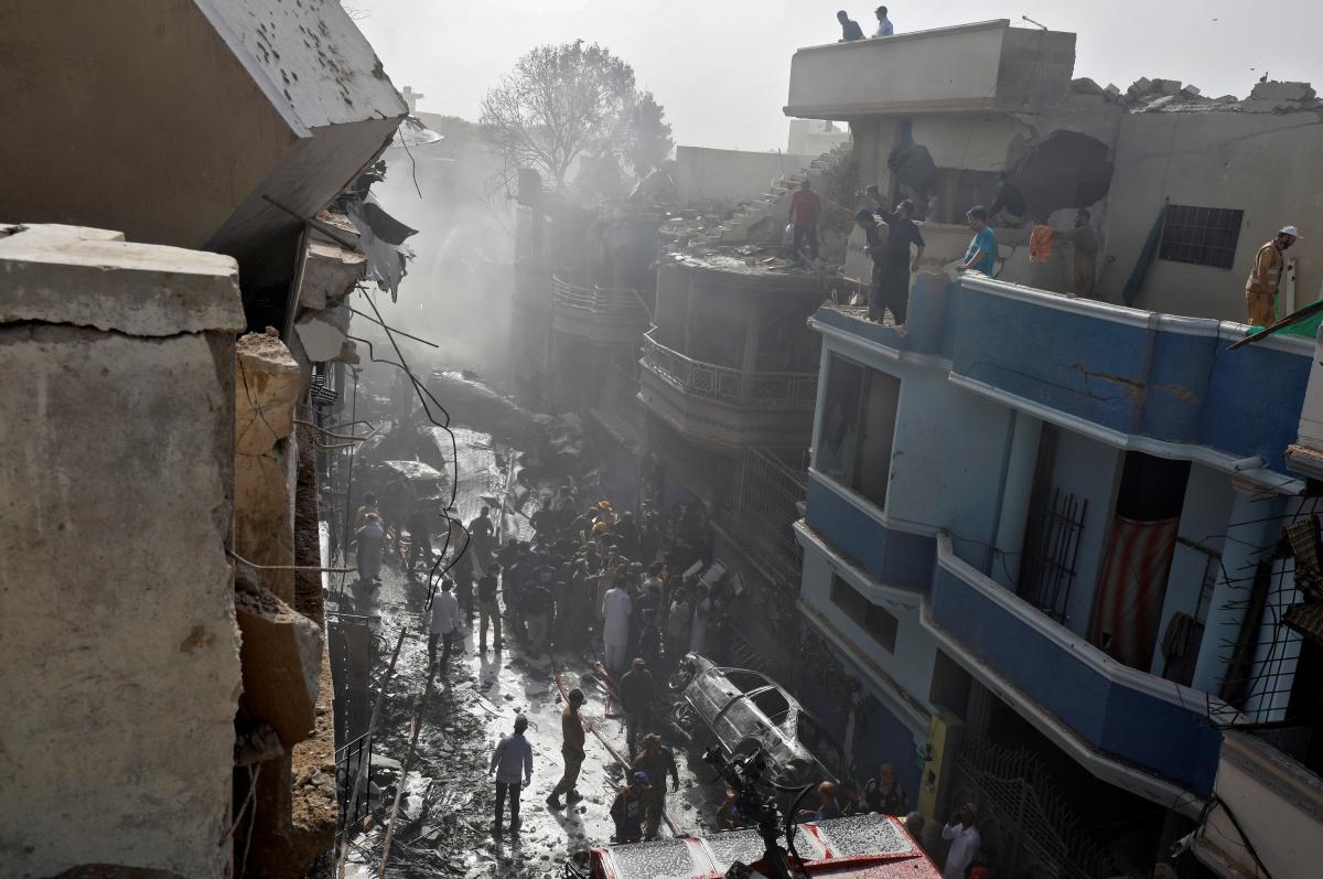 Место падения самолета в Карачи / REUTERS