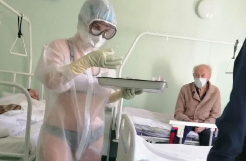 У Росії медсестра одягла купальник під захисний костюм / newstula.ru