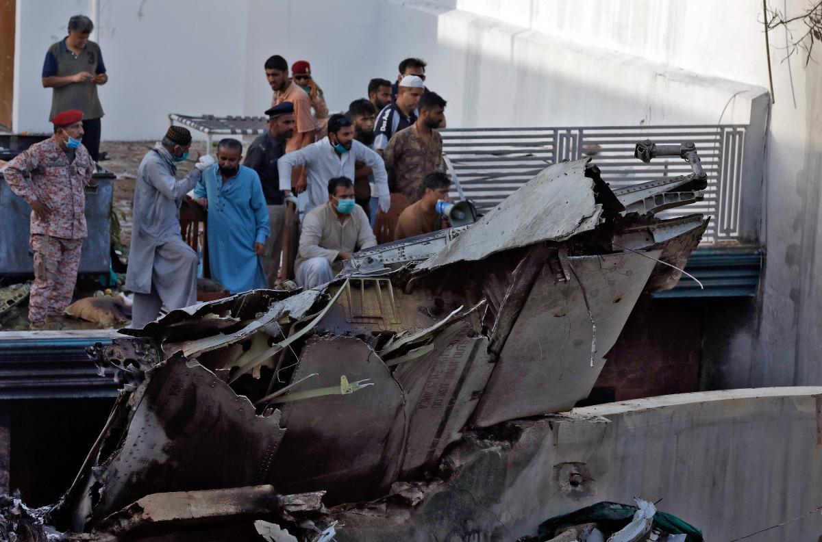Самолет упал на жилые дома / REUTERS