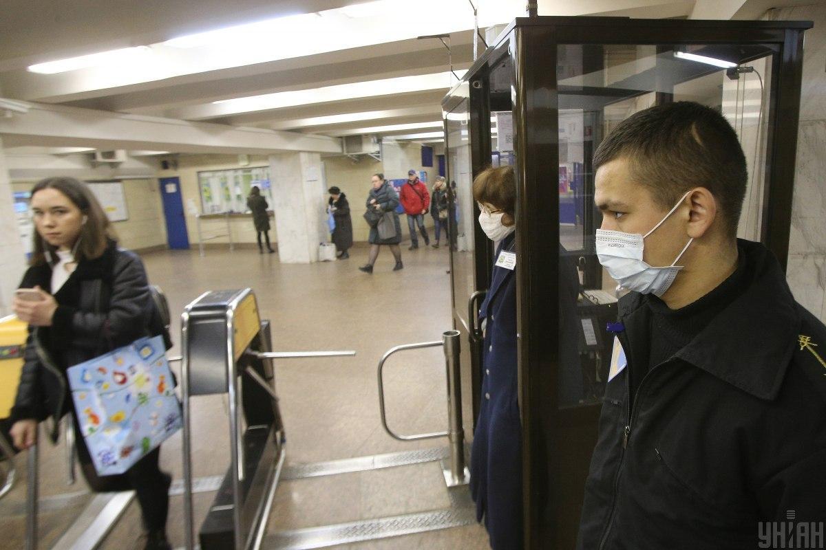 Пассажиров будут допускать в метро и другой общественный транспорт только при наличии защитной маски/ фото УНИАН
