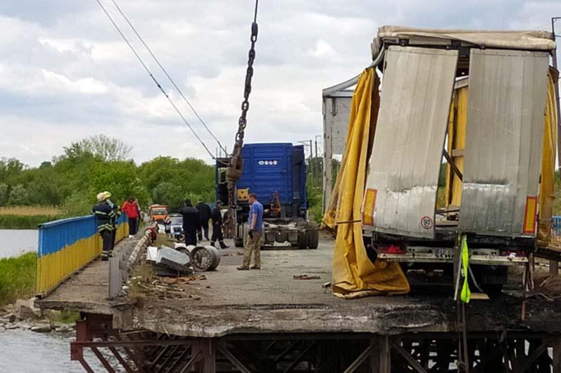 Обвалившийся мост через реку Чертомлык / фото ГСЧС в области