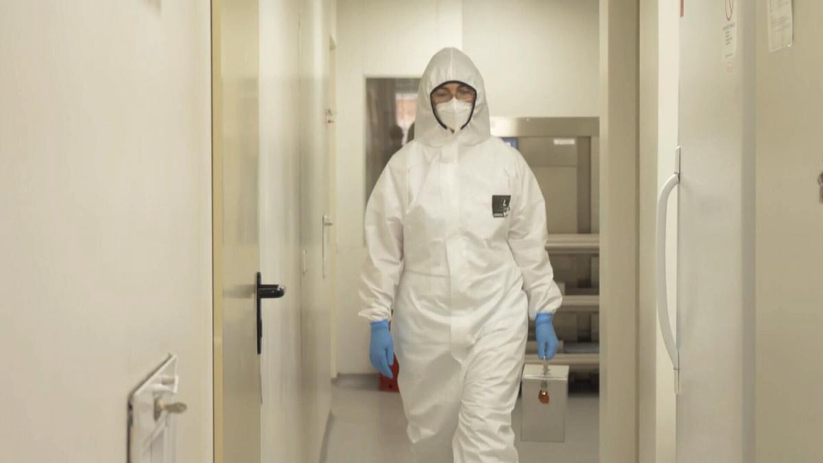Керівник закладу Наталя Видайко запевняє, що цей коридор – абсолютно безпечний, якби не коронавірус, в масках тут не ходили б