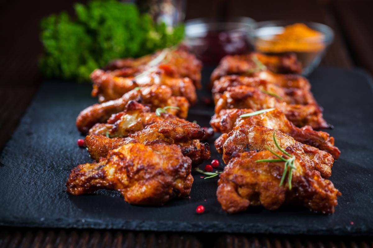 Запеченные куриные крылышки в духовке - как приготовить / фото ua.depositphotos.com