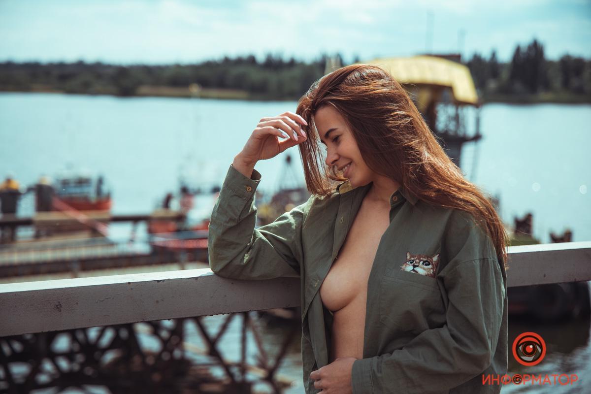 Дівчина з Дніпра роздяглася поруч зі зруйнованиммостомпід Нікополем / фото Інформатор