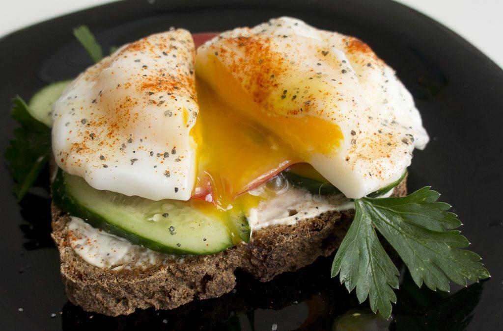 Любители позавтракать плотно могут приготовить для себя яичницу-болтунью / cdn.sm-news.ru