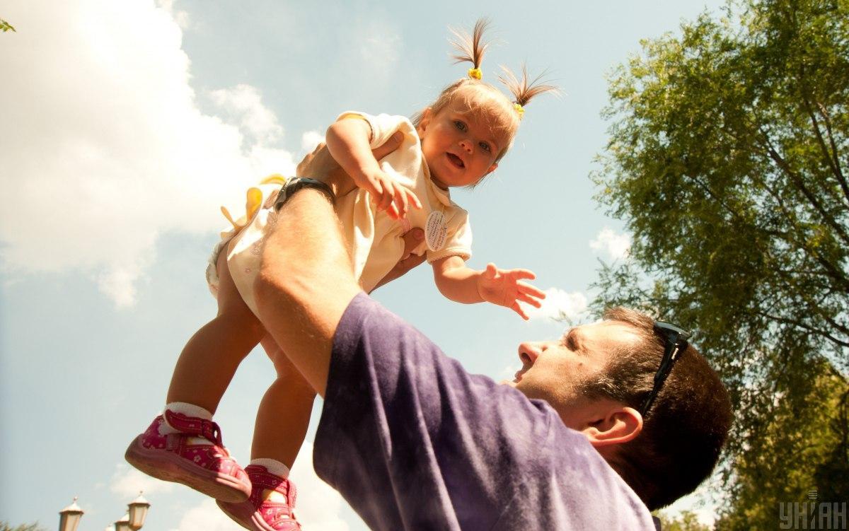 Эксперты говорят о том, как полезно говорить с малышом сразу на двух языках. \ Фото УНИАН