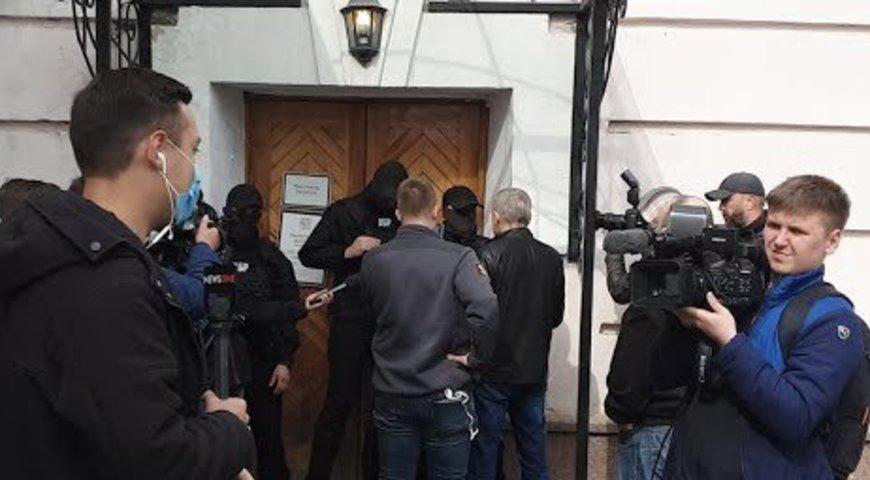 Директора музею ПетраГончара до будівлі не пускають/ фотоЕвропейская солидарность