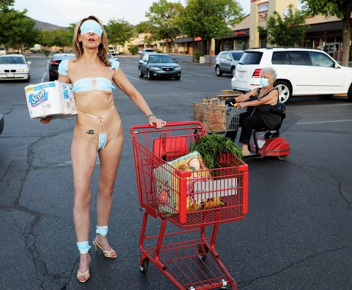 Таким образом женщина протестовала против карантина / facebook.com/DaVidaSal4