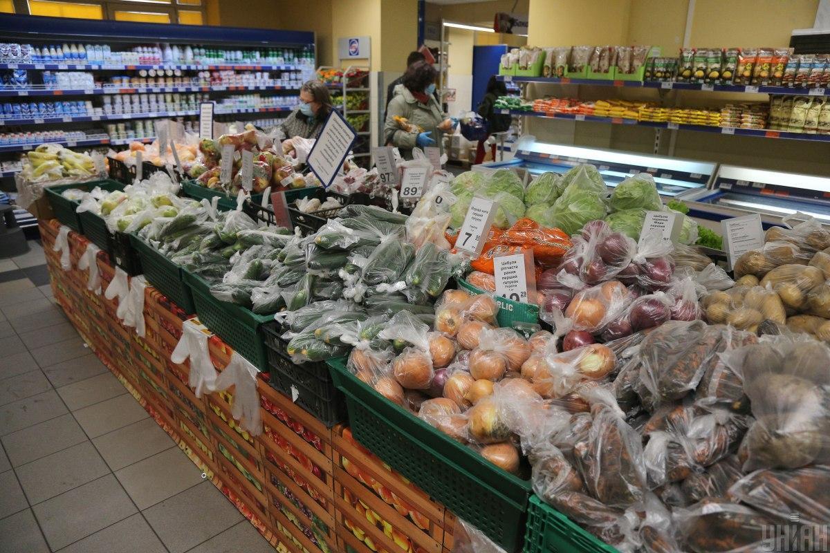 В украинских супермаркетах подсолнечное масло стоит от 50 до 75 гривень / фото УНИАН Владимир Гонтар