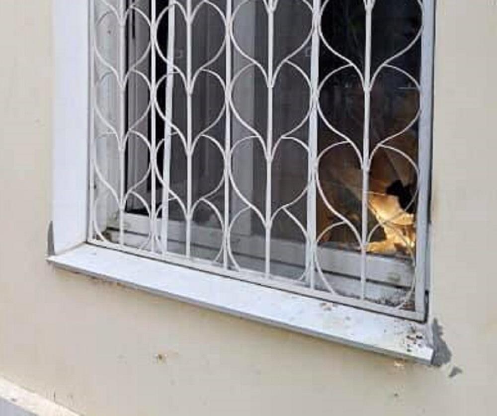 У окна находилась стеклянная бутылка с частицами легковоспламеняющегося вещества / фото facebook.com/khersonpolice.official