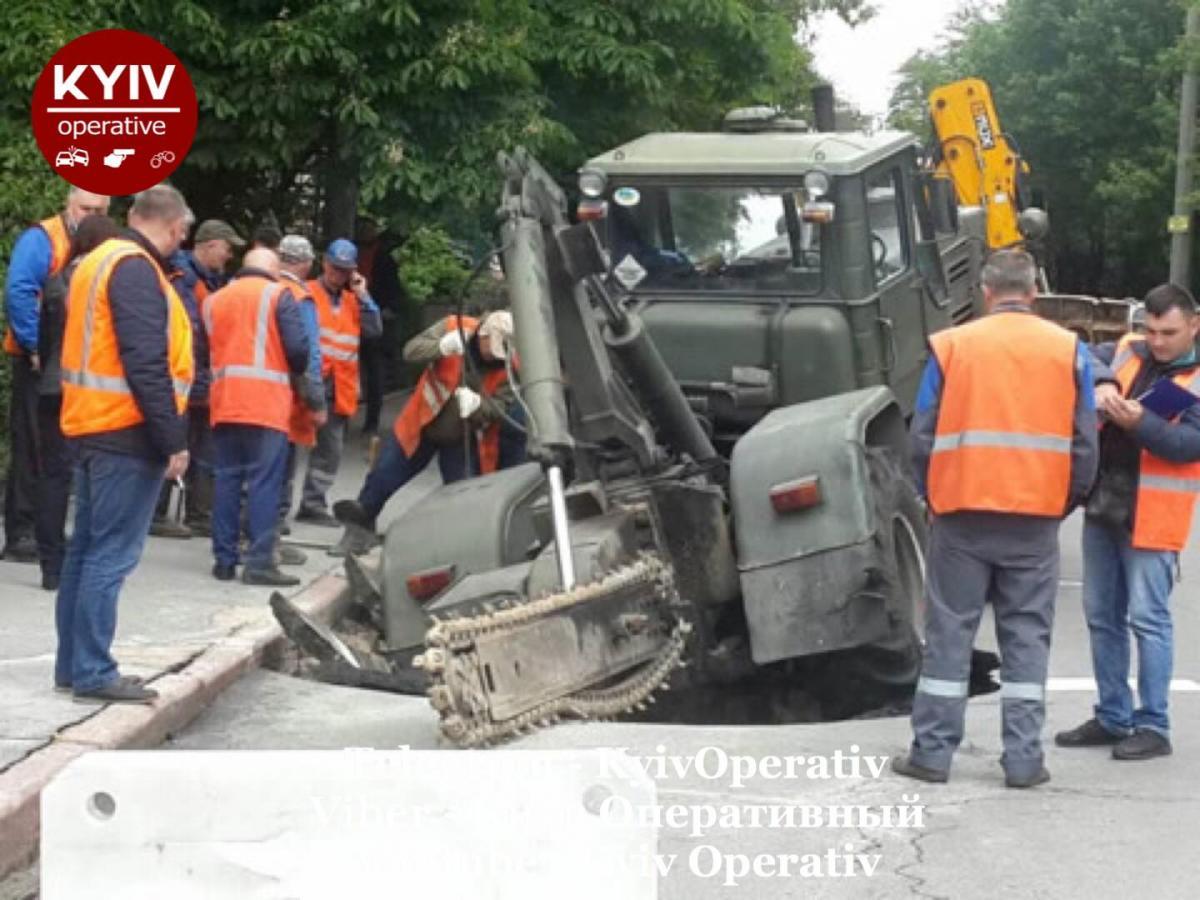 Столичный трактор ушел под землю/ Facebook, Киев оперативный