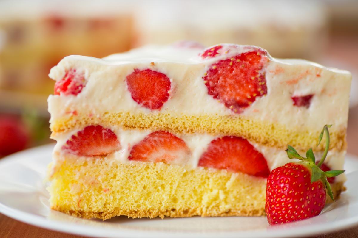 Торт с клубникой - как приготовить / фото ua.depositphotos.com