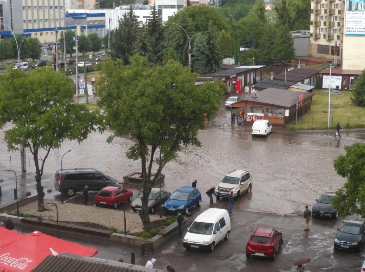 Черновцы накрыла непогода / фото из соцсетей