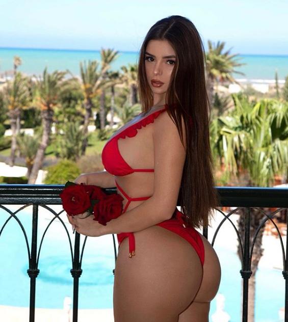 Для фото Демі Роуз одягла червоний купальник \ Інстаграм Деми Роуз