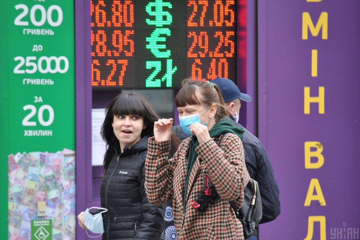 Сегодня в Украине подешевели доллары и евро / фото УНИАН