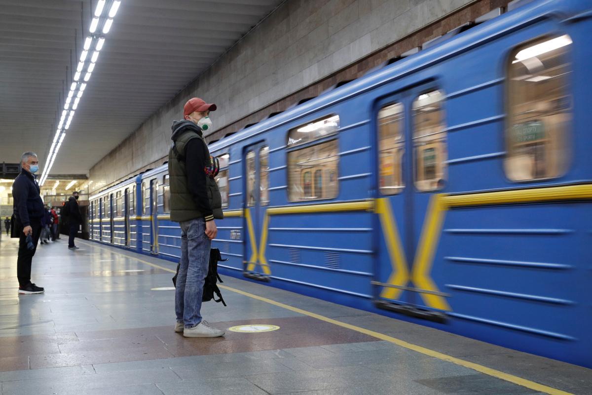 "На станції ""Палац спорту"" на колії впала людина \ фото REUTERS"