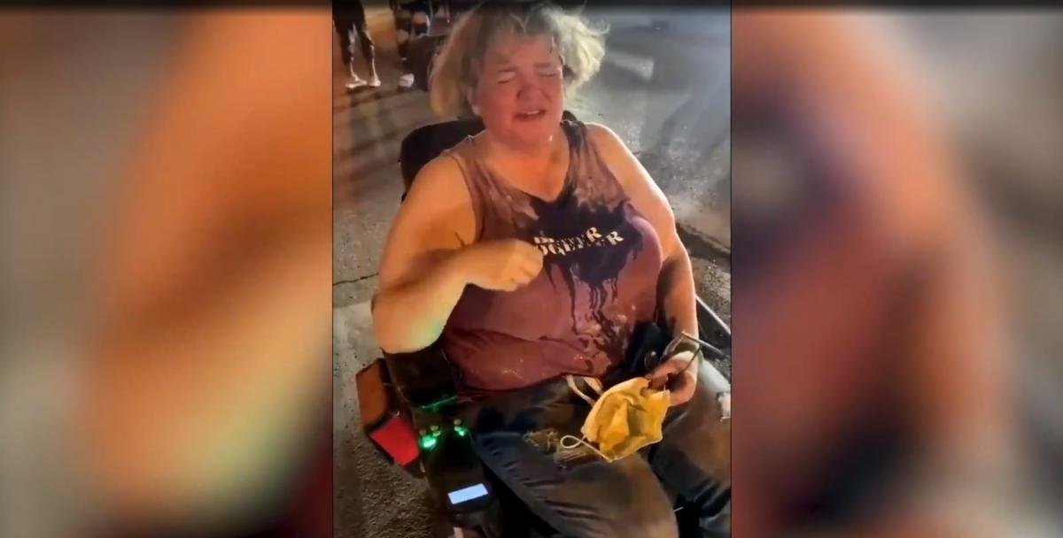 Бунтующие думали, что у женщины в руках нож/ скриншот из видео