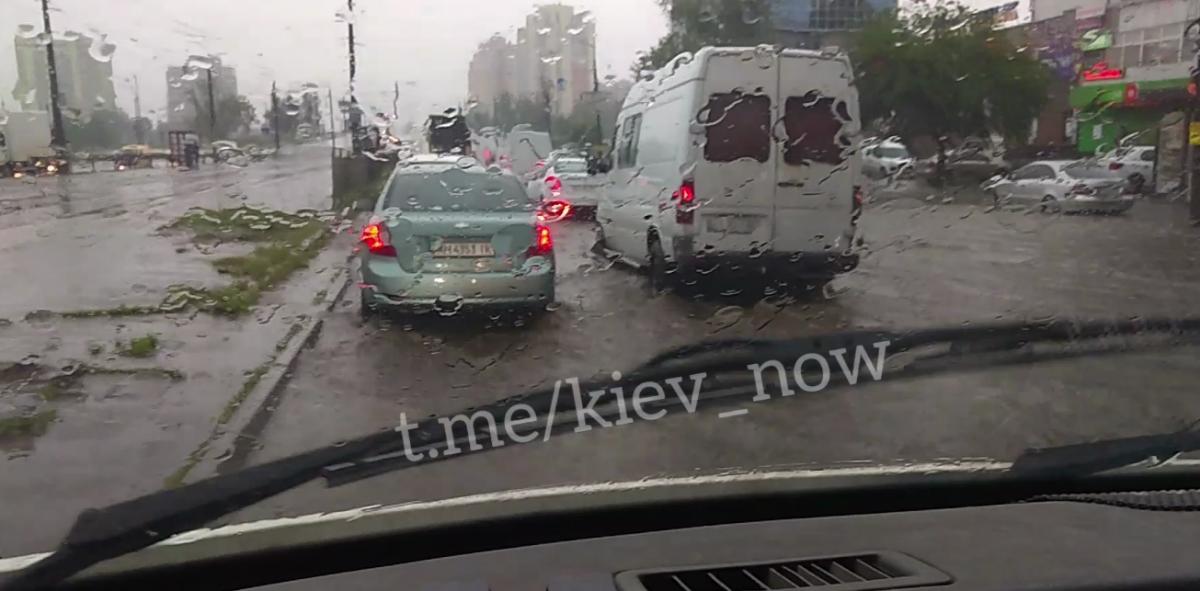 В Киеве затопило дорогу возле метро Черниговская \ Киев сейчас