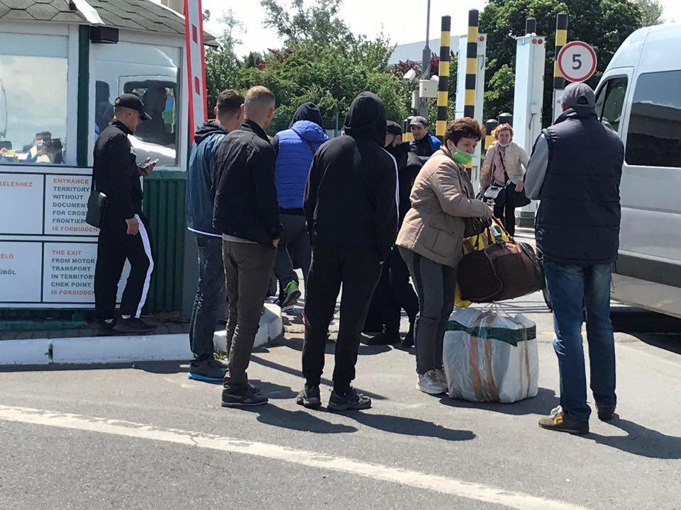 На украинско-венгерской границе образовалась очередь из микроавтобусов / фото m-studio.net.ua