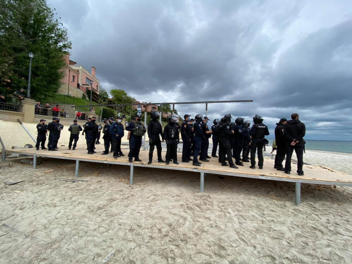 В Одессе полиция и активисты поссорились из-за застройки на пляже / фото dumskaya.net
