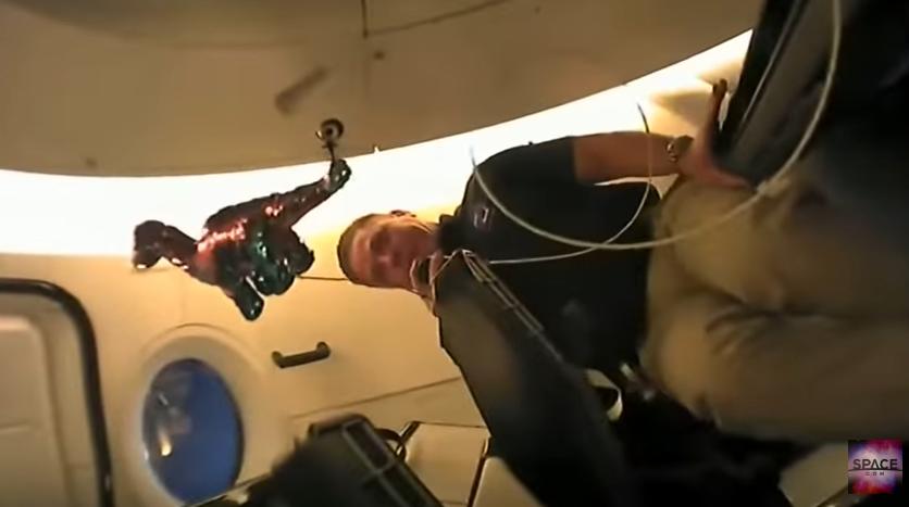 Астронавти везуть іграшкового динозавра на МКС / Скріншот
