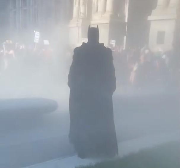 Мужчина в костюме Бэтмена на акции протеста/ скриншот из видео