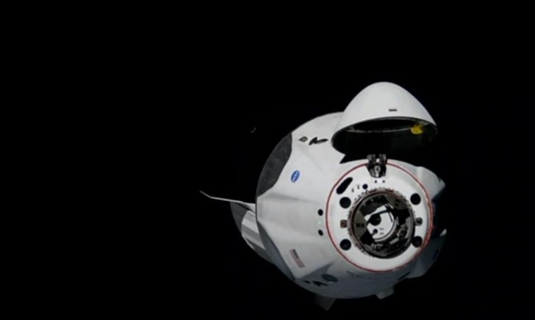 Crew Dragon готовится к стыковке с МКС / фото скриншот