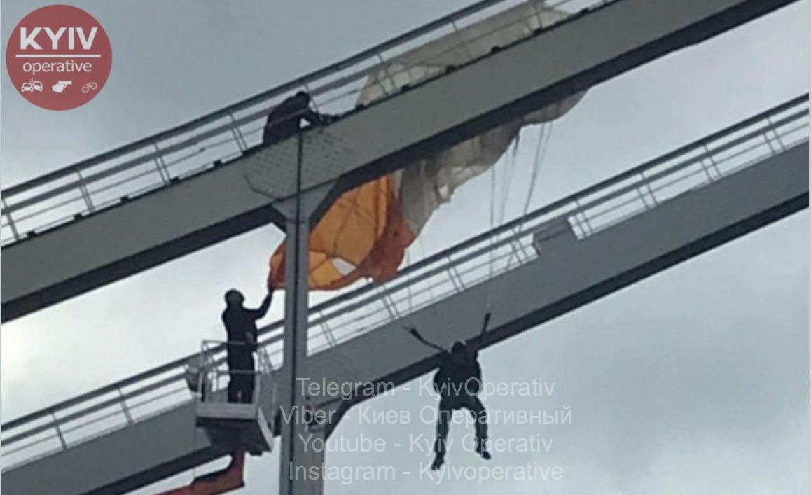 Парашутист застряг на мосту / фото Київ оперативний