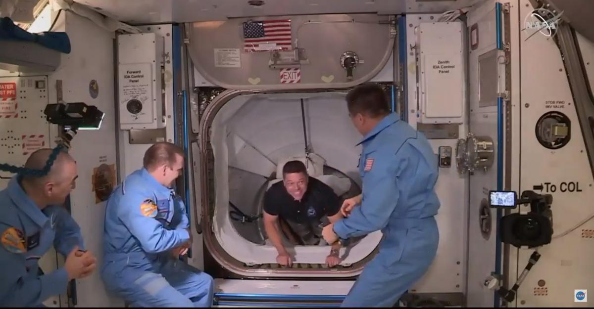 Астронавт Роберт Бенкен першим покинув борт корабля Crew Dragon / скріншот з відео