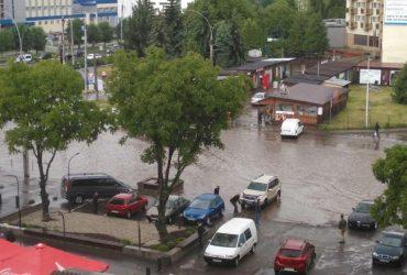 У Чернівцях раптова злива з градом підтопила десятки вулиць міста (фото, відео)