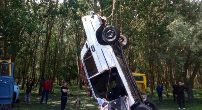 В Одеській області автомобіль впав у річку, є жертви (фото)