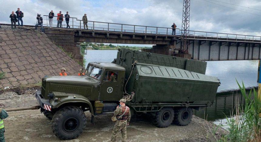 В Днепропетровской области военные строят понтонную переправу рядом с разрушенным мостом (фото, видео)