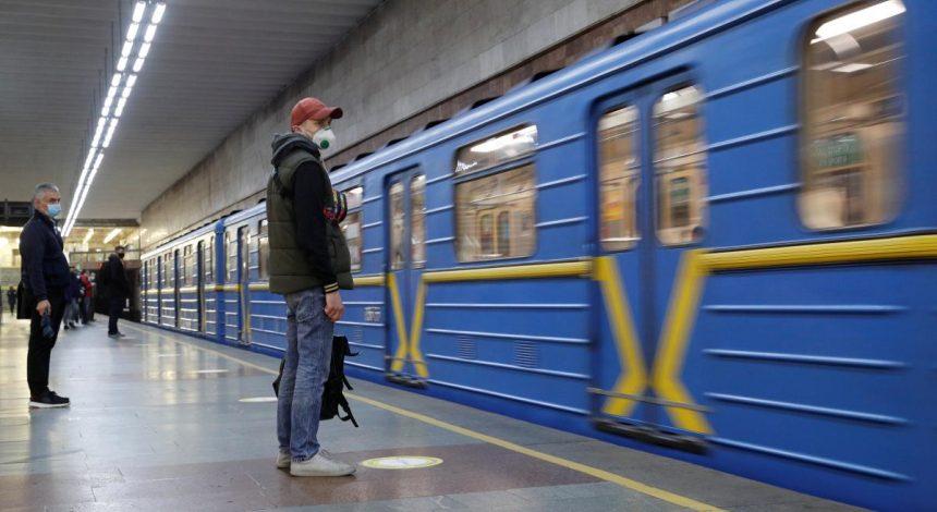 """У Києві на станції метро """"Палац спорту"""" пасажир впав на колії"""