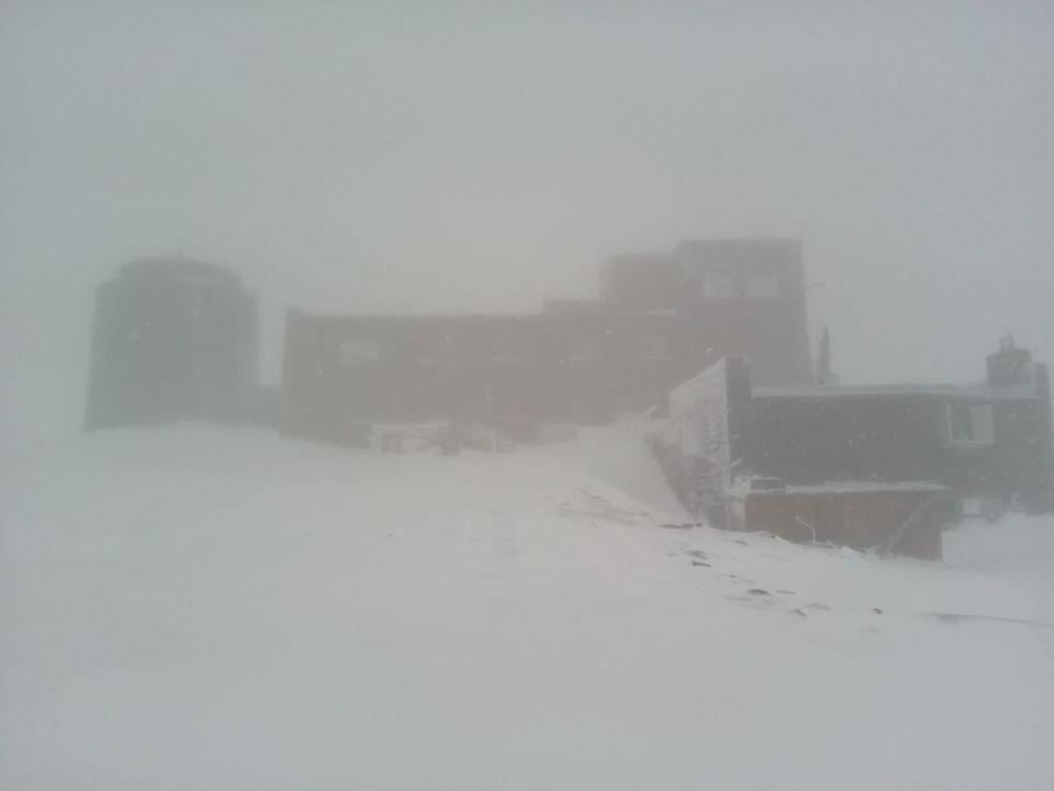 Вчера на горе Поп Иван Черногорский падал снег / facebook.com/chornogora.rescue112