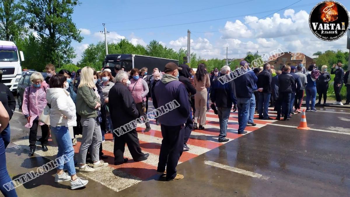 """Протестующие возле гостиницы """"Варшава"""" перекрыли трассу / фото varta1.com.ua"""