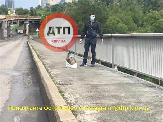 Чоловік погрожує підірвати міст Метро / Facebook, dtp.kiev.ua