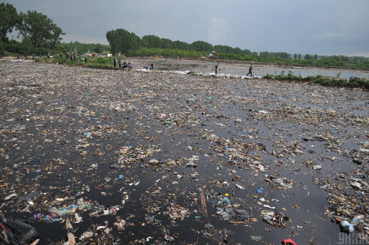 На наших сміттєзвалищах немає захисту від потрапляння фільтрату в ґрунтовіводи/ фото УНІАН