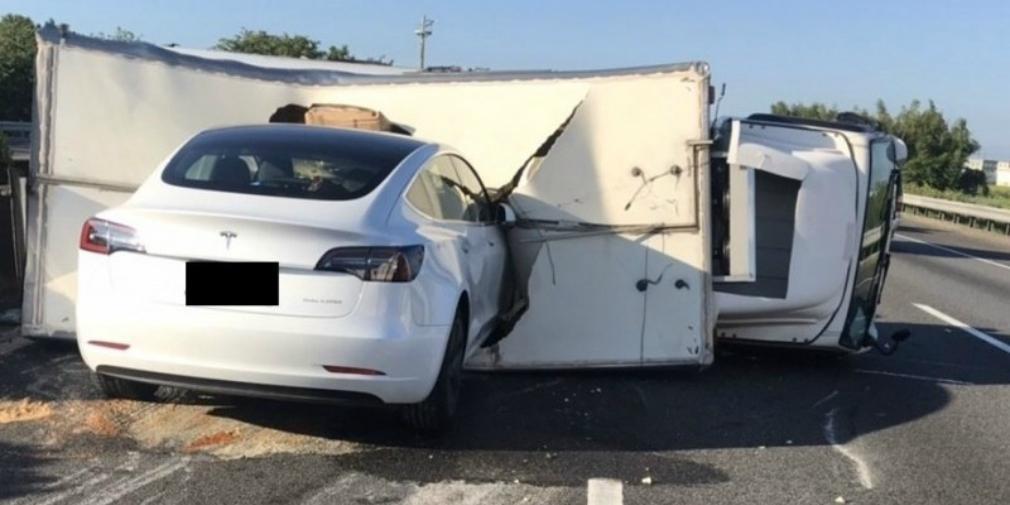 Tesla на автопілоті врізалася у вантажівку / Скріншот